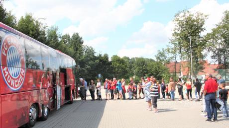 Der Mannschaftsbus des FC Bayern München war die Attraktionen bei den Feiern zum 60-jährigen Bestehen des SSV Obermeitingen. Die Besucher konnten ihn besichtigen, es bildeten sich lange Schlangen.