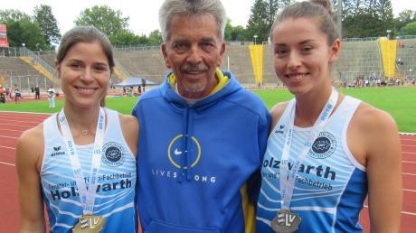 Gold und Silber lieb ich sehr. Die Mädels der SpVgg Auerbach/Streitheim mit ihren Medaillen. Von links. Sophia Müller mit Gold, Trainer Lothar Schmitt und Angela Stockert mit Silber.