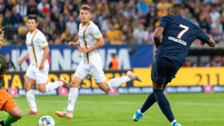 Weltmeister Kylian Mbappe (r) lässt Dynamo-Keeper Kevin Broll keine Chance und schiebt zum 3:0 für PSG ein.