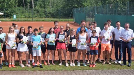 Wer es bei Teil eins der Tennis-Kreismeisterschaft aufs Stockerl geschafft hatte, durfte zusammen mit den Offiziellen auf dieses Siegerbild.