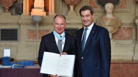 Bayerns Ministerpräsident Markus Söder ehrte FCA-Manager Stefan Reuter mit dem Bayerischen Verdienstorden.