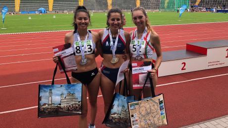 Wieder Augsburg, wieder Rosenaustadion, wieder eine Medaille: Irina Gorr (links) gewann bei den bayerischen Meisterschaften der Männer und Frauen über ihre Paradedisziplin die Silbermedaille – hinter Lena Lipp (Mitte) und vor Leila Killian (rechts).