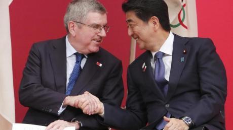 IOC-Präsident Thomas Bach und Japans Ministerpräsident Shinzo Abe bei der «One Year to Go Olympic Ceremony». Foto: Koji Sasahara/AP