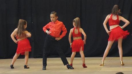 """Lässiger Hüftschwung gefällig? Die Gruppem """"Latin-Mix"""" der Tanzgalerie Kuschill begeisterte wie viele andere Teilnehmer auch die Zuschauer beim Königscup."""
