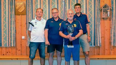 Holzkirchens Stockschützen-Abteilungsleiter Marco Draxler (links) mit dem Siegerteam des VSC Donauwörth.