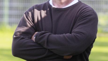 """""""Zu meiner Zeit gab es neben dem Libero in der Abwehr zwei Verteidiger und einen Vorstopper, die Mann gegen Mann gespielt haben. Die verfolgten ihre Gegenspieler notfalls bis zur Toilette.""""Er kennt sich aus in der Fußballszene der Region: der frühere Torwart und Trainer Karl Bühler."""