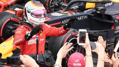 Ferrari-Star Sebastian Vettel lässt sich nach seinem zweiten Platz von den Fans feiern.
