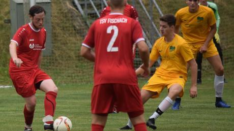 Maximilian Repasky (am Ball) brachte den TSV Fischach beim 2:1-Sieg in Lützelburg mit einem direkten Freistoß in Führung.