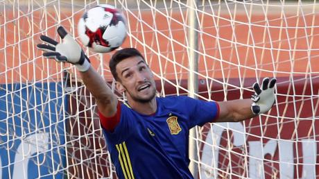 Noch ist unklar, auf welchen Torhüter der FC Augsburg künftig als Stammkraft zählt. Zu den möglichen Kandidaten zählt der Spanier Sergio Rico.