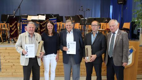 Die Ehrung der Gründungsmitglieder beim SV Ziertheim-Dattenhausen: (von links) Ernst Marco, Vorsitzende Nadine Voitl, Josef Stark, Vorsitzender Wolfgang Urban, BLSV-Kreisvorsitzender Alfons Strasser.