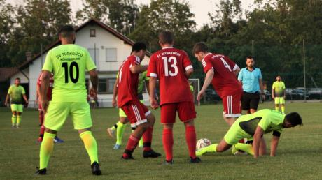 Der FC Kleinaitingen (rote Trikots) machte dem Bezirksligisten Türkgücü Königsbrunn das Leben richtig schwer. Am Ende siegten die Brunnenstädter knapp mit 2:1.