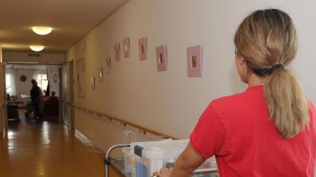 Die Mitarbeiter in der Pflege arbeiten oft an der Belastungsgrenze. Im Seniorenstift in Kaufering haben sich Politiker die Sorgen und Kritik am Pflegesystem angehört.