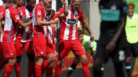 Heidenheimes Niklas Dorsch (M) wird für sein Tor zum 2:2 gegen den VfB gefeiert.