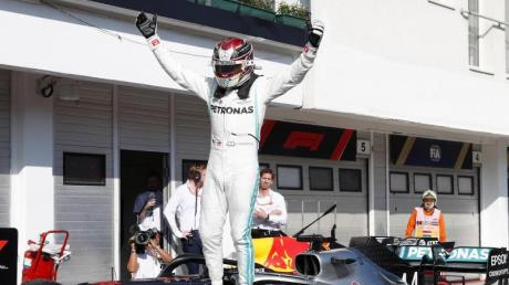 Obenauf: Mercedes-Pilot Lewis Hamilton feiert seinen Sieg in Budapest. Foto: Laszlo Balogh/AP