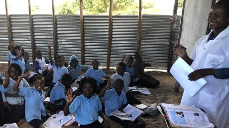 Copy%20of%20Afrikahilfe_Landrat_Schule(2).tif