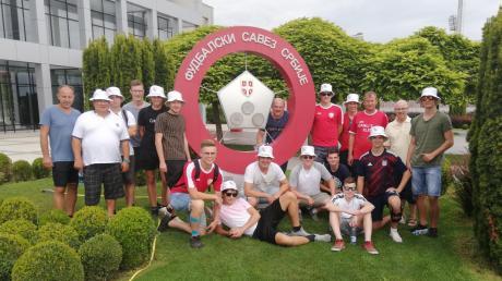 Hatte sichtlich ihren Spaß: die Delegation der JFG Donaumoos vor dem Sportzentrum des serbischen Fußballverbandes in Stara Pazova.