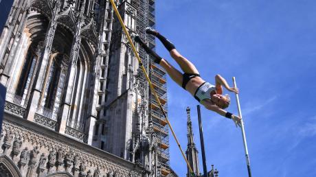 """Stefanie Dauber (oben) vom SSV Ulm 1846 hat den """"City Jump"""" auf dem Münsterplatz bei den Frauen zwar gewonnen, bei der Höhe zur WM-Norm verletzte sie sich aber."""