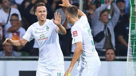 Werders Niklas Moisander (l) freut sich mit Maximilian Eggestein über sein Tor zum 2:0. Foto: Carmen Jaspersen