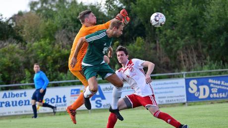 Konnte sich bei der 0:3-Niederlage gegen Hohenwart vor dem gegnerischen Kasten nicht entscheidend durchsetzen: Karlshulds Max Seitle (vorne).