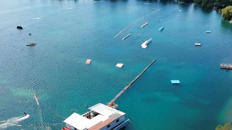 So sieht die Wasserskianlage auf dem Friedberger See von oben aus. Bis zu zwölf Fahrer können auf dem rund 900 Meter langen Kurs gleichzeitig fahren. .