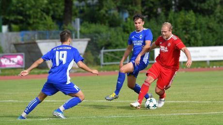 So sehr sich Merings Interimscoach Maximilian Lutz (rotes Trikot) und seine Kollegen auch mühten, gegen den FV Illertissen ging die Partie mit 1:2 verloren. Dennoch bleibt man beim Landesligisten noch äußerst gelassen.