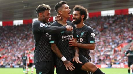 Liverpools Roberto Firmino (2.v.r) feiert sein Tor zum 2:0 mit Alex Oxlade-Chamberlain (l) und Mohamed Salah. Foto: Steven Paston/PA Wire