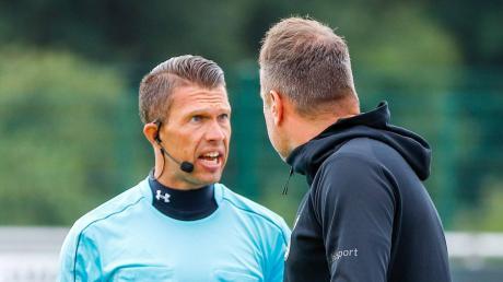 Holger Bachthaler, Trainer der Ulmer Spatzen (rechts), diskutiert im Spiel gegen Steinbach Haiger mit dem Linienrichter.