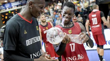 Dennis Schröder (r) und Isaac Bonga halten den Pokal in den Händen. Foto: Axel Heimken