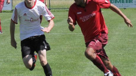 Der SV Ottmaring II (links) um Verteidiger Demel setzte sich knapp mit 2:1 gegen den TSV Dasing II um Ilkay Ayyldiz durch.