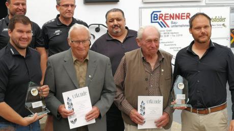 Die Vereinsgründer Karl Jeromin (im grauen Blazer) und Georg Haller (mit brauner Weste) mit dem aktuellen Vorstand der SpVgg, nämlich Michael Schweier, Helmut Schmidl, Alfred Reinhardt, Alexander Müller und Andreas Buser.