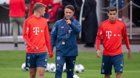 Bayern-Coach Niko Kovac mit Philippe Coutinho (r) und Michael Cuisance (l).