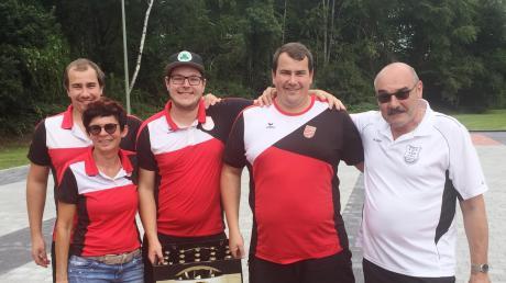 Der SC Tegernbach mit (von links) Michael Wagner, Petra Hamberger, Stefan Wagner, Markus Wagner und Stefan Mögele, dem Abteilungsleiter des TSV Straßberg nach dem dritten Sieg beim Sto-Ki-Turnier.