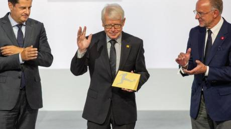 Reinhard Rauball (M) wird durch Christian Seifert (l) und Karl-Heinz Rummenigge verabschiedet. Foto: Andreas Gora