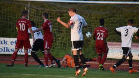 Und wieder hat's gescheppert. Die Friedberger Marcel Pietruska (Nummer 7) undCoskun Bür (Nummer 3) freuen sich über das 2:0, das Rachad Bamario im Aufsteigerduell beim TSV Neusäß erzielt hat.
