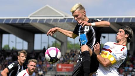 Der dreifache Torschütze für die Spatzen, Felix Higl (am Ball) war gegen Rot-Weiß Koblenz nicht zu stoppen. Der Koblenzer Kapitän Thilo Kraemer hatte gegen den 22-Jährigen nicht nur in dieser Szene das Nachsehen.