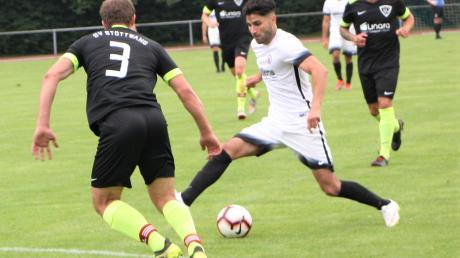 Türkgücü hofft wieder auf Tore von Kerem Cakin (weißes Trikot), der sich mit fünf Treffern an die Spitze der Torjägerliste setzte.