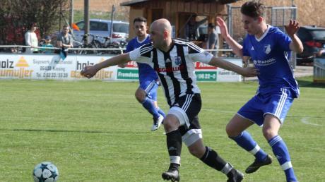 Bujar Bytyqi (gestreiftes Trikot) kehrt nach einem kurzen Gastspiel in Oberweikertshofen wieder zum TSV Friedberg zurück.