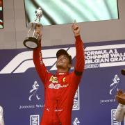 Charles Leclerc (M) mit dem Zweitplatzierten Lewis Hamilton (l) und dem Drittplatzierten Valtteri Bottas. Foto: Francisco Seco/AP