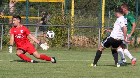 Fränki Rajc (weißes Trikot) erzielt hier das umjubelte 3:2 für den TSV Friedberg, Torhüter Dennis Starowoit ist machtlos.