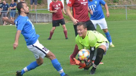 Einen Schritt zu spät gegen Eurasburgs Keeper Niklas Thoma kommt hier Friedbergs Tarek Raboue. Die Sportfreunde siegten mit 5:1.