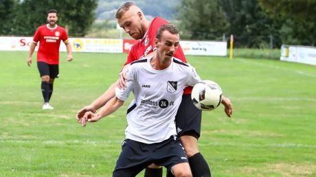 Durchsetzungsstark: Der SC Ried mit Maximilian Christl (vorne) gewann beim SV Wagenhofen (Oliver Pallmann) mit 3:2 und feierte seinen ersten Saisonsieg.