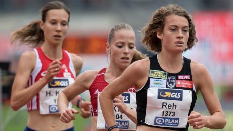 Alina Reh (rechts) wollte beim ISTAF in Berlin das Rennen über 5000 Meter in unter 15 Minuten laufen. Doch dann stolpert sie. Hanna Klein (links) profitiert davon und knackt letztlich die WM-Norm.