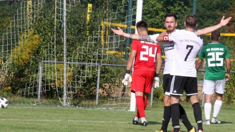 Freude beim TSV Friedberg, Frust bei Olympia Neugablonz. Fränky Rajc lässt sich nach seinem Treffer zum 3:2 für den TSV von Kapitän Marcel Pietruska beglückwünschen, am Ende setzte sich der TSV verdient mit 4:2 durch.