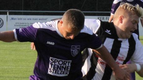 Tim Burkhart (links gegen Gebenhofens Marco Wanner) und der TSV Mühlhausen treffen in Achtelfinale auf den Titelverteidiger.