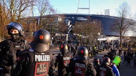 Polizeieinsatz vor dem Weserstadion. Foto (Archiv): Christian Charisius Foto: Christian Charisius