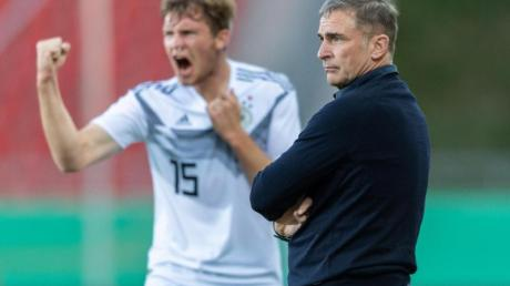 U21-Bundestrainer Stefan Kuntz (r) hat alles im Blick, Luca Kilian feiert das 2:0 gegen Griechenland.