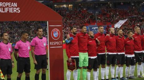 Die albanische Nationalmannschaft musste etwas warten, bis sie die richtige Hymne singen durfte. Foto: Christophe Ena/AP
