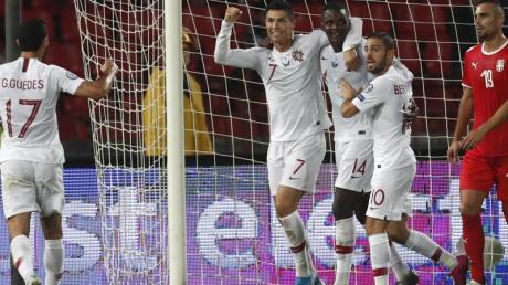 Cristiano Ronaldo (M.) und Co. gewannen in Serbien. Foto: Darko Vojinovic/AP