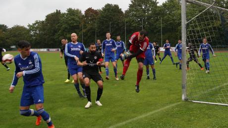 Alle Hände voll zu tun hatte Bobingens Keeper Adrian Schlotterer (rotes Trikot) im Hinspiel gegen Königsbrunn.