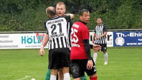 Mateo Duvnjak und Matthias Schuster vom TSV Meitingen jubeln, Mario Kalkbrenner vom SC Altenmünster schaut frustriert. Die Lechtaler gewannen das Derby mit 3:0 und zementierten damit den zweiten Tabellenplatz.